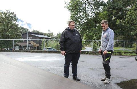 Skatepark: Ordførar Roald Aga Haug og snikkar Eivind Tvedt. Foto: Synnøve Nyheim