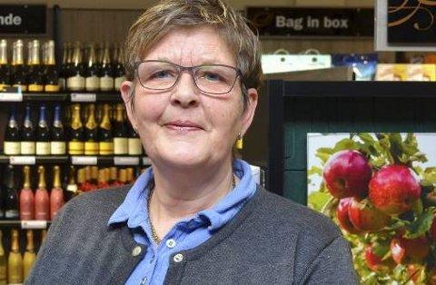 Butikksjef Gro Langva seier det går mykje i raud og kvit pappvin på Vinmonopolet i Odda for tida.