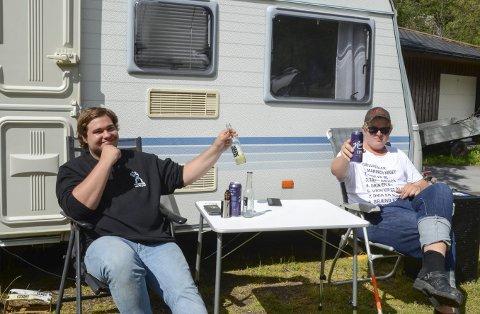 Skåler for Hardanger: Kristoffer Larsen (t.v.) og John Hardeberg koser seg på Odda Camping. - I dag skal vi på sidercruise, sier gutta fra Grimstad.