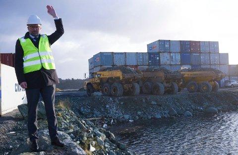 KLARSIGNAL: Offisiell start på utvidelsen av Karmsund Havn på  Husøy. Ordfører Jarle Nilsen gir klarsignal til at Vassbakk & Stol-karene at de skal tipper de første lass stein i sjøen.