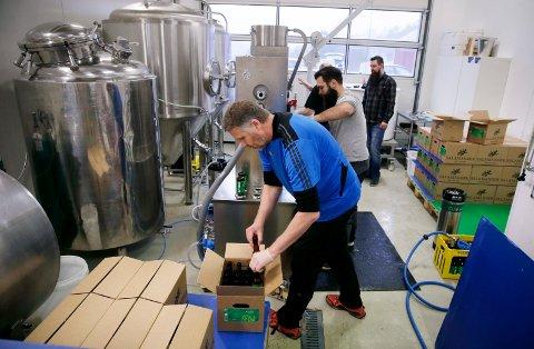 FULL FART: Jon Arve Brekken (t.v.) har besøk av gode hjelpere, når nær 1000 liter Mosaic-øl skal på flasker. Haugaland Bryggerlaugs Alexander Tveit Nilsen og Glenn Ove Pedersen (bakerst) er med.