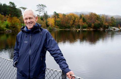 MYE UTENDØRS: Per Qvale (68) trives godt ute i naturen. Minst en gang i uka er han i Djupadalen og Byheiene. Nå gir han ut bok om turområdet.