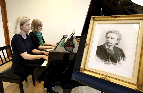 Grieg-STAFETT: Anne Hestad Hem (til v.) og Marina Johansson og 24 pianister blir å høre  i Tysværtunet.