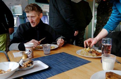 DAGENS MIDDAG: Asfalt-selger Skuli Johannsson var mandag innom Sammensenteret T3 for middagsmat.