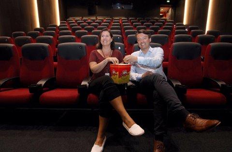 Kulturkonsulent Trine Vassvik og daglig leder Odd Arnold Skogsholm glede seg over gode tall for Kulturbadet - både kinoen og ellers. Foto: Leif Steinholt