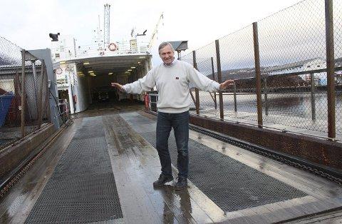 Bort: Havnesjef Kurt Jessen Johansson demonstrer - på humoristisk vis - ordet «bort» med armbevegelser. Han frykter nå at tiden tværes enda mer ut, og at ferja blir liggende i veien for havneutvikling i enda flere år. Foto: Jon Steinar Linga