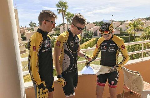 KLAR FOR FØRSTE ØKT: Tre av juniorene til Mosjøen og Omegn Cycleklubb har reist på treningssamling i Spania. Martin S. Hansen med dagens kart sammen med Erlend Nervik og Sverre Einrem.  Foto: Privat