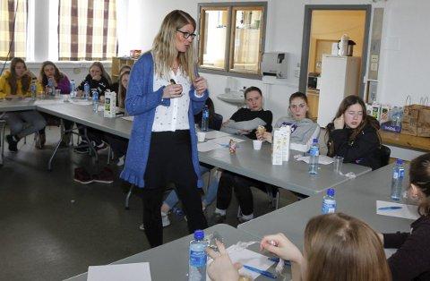 RESPONS: Astrid Lauritzen var på besøk i Halsøy IL forrige uke. Sammen med spillerne på J13 og J14 ble det god respons da hun ville ha svar på hva de syns om seg selv. Foto: Per Vikan