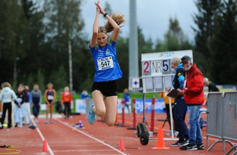 GOD: Emilia Kibalcica sikret seg bronse i det som var hennes aller første øvelse i UM. Hun satte også solid personlig rekord i tresteggropa.