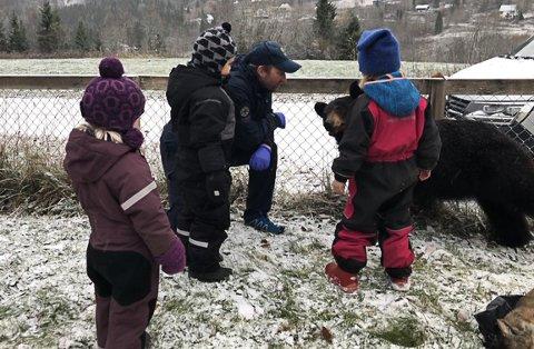 BJØRN: Ungene i Elsfjord barnehage fikk se en ordentlig bjørn, for SNO hadde med seg et utstoppet eksemplar da de kom på besøk.