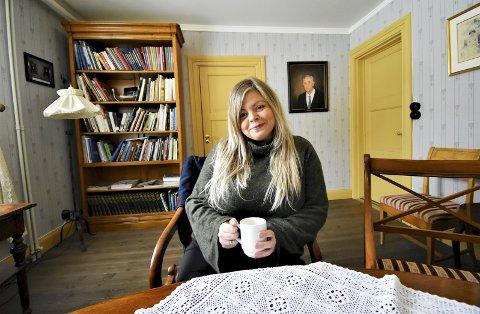 LOT DET BLI MED TANKEN: Anette Mari Rodahl forsøkte aldri å ta sitt eget liv, men lenge holdt hun ideen varm som livets fluktrute. Heldigvis søkte Anette hjelp. Nå gråter hun ikke lenger på jobb her på Fru Haugans Hotel, hvor hun har fem års fartstid i resepsjonen. Søndag blir det 8. mars-foredrag på Kulturverkstedet.
