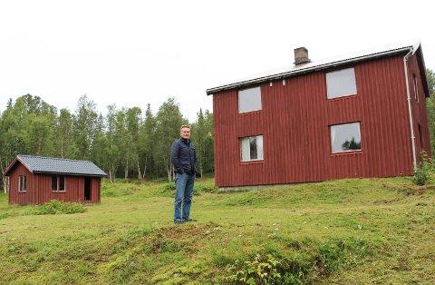 Nils Johan Jacobsen som har flyttet inn på Fjellstad  i Granes ødemark,  kjemper for å  beholde strømmen.