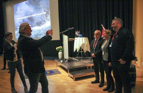 MIDTPUNKTENE: Det ble gjort stor stas på dem som skal jobbe ved analyseenheten. Her blir Bjørnar Myrseth og Sigurd Richardsen foreviget sammen med fiskeridirektør Liv Holmefjord.