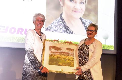 ILDSJEL-PRIS: President Marit Wiig i Norges Golfforbund (t.v.) overrakte prisen til Ragnhild Evjen Angell fra Varanger Golfklubb.