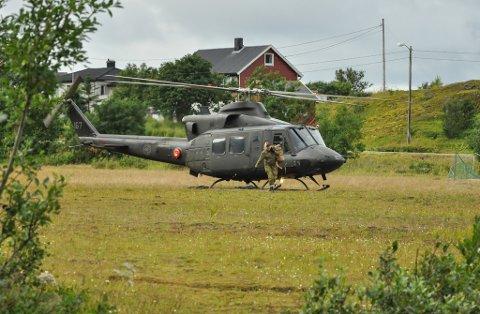 LETER: Helikoptre, Forsvaret og flere frivillige deltar i leteaksjonen tirsdag.