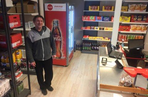 """ÅPNER NY BUTIKK: Jens Vidar Helandet (51) gleder seg til åpning av sin nye butikk """"Krystallen Lokal Handel"""" i Austertana."""