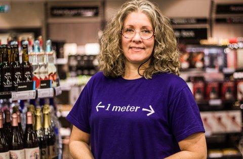 VENTER 2000 KUNDER: Hege Methi på Vinmonopolet i Vadsø forventer omtrent 2000 kunder den siste uken før jul.