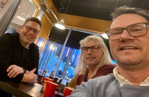 VÆRFAST I ALTA: Ordførerne Bernth Sjursen, Alf Normann Hansen og Jan Olsen ble værfast i Alta fra torsdag. Her hygger de seg på Peppes.