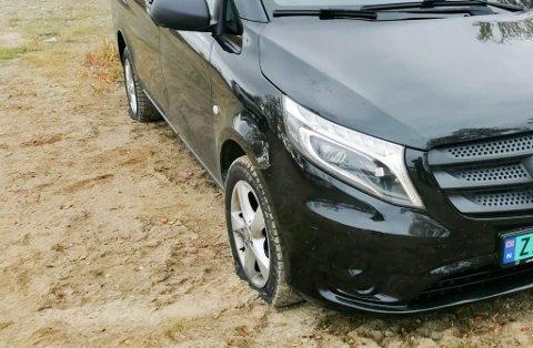 MÅTTE RINGE ETTER HJELP: En Mercedes-Benz Vito fikk fikk skåret opp dekkene på en parkeringsplass i Porsanger kommune.