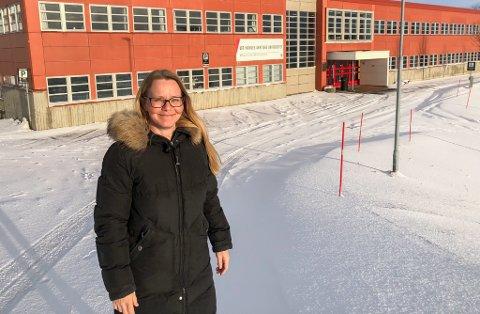 LINDA OKSTAD: Første gang vi flyttet var fra lokalene i Søsterhjemmet og over til dette bygget satt opp av Statsbygg i 1986, sier assisterende instituttleder Linda Okstad som nesten ikke kan vente til utdanningen igjen skal flytte. Denne gang over i nye Hammerfest sykehus.