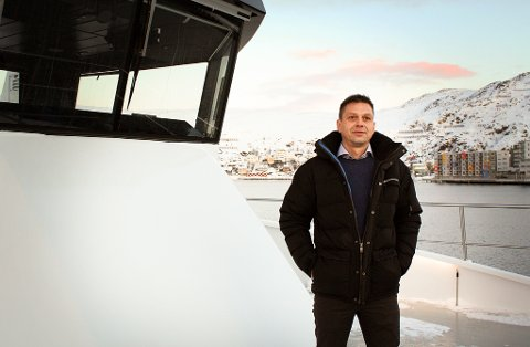 VASKER NED BÅTENE: Daglig leder Steinar Mathisen i Boreal Sjø opplyser at både Hornøy og Falkefjell blir vasket ned etter mistanke om covid-19.