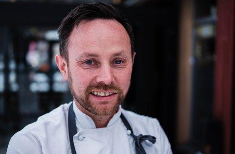 STARTET I JUNI: Eirik Bæivi sier drifta begynner å gå seg til i den tidligere kantinen i Isbjørnhallen.