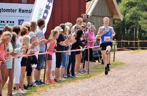 STOR STEMNING: Mads Waaler applauderes inn til seier på 10-kilometeren. Lierfossingen kom fire sekunder for sent til å sette ny rekord. Foto: Øivind Eriksen