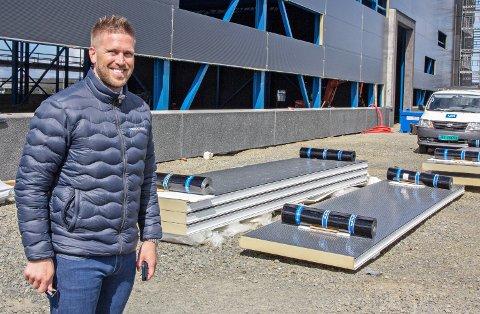 UNG LEDER: Børre Lobekk er daglig leder i Nordic Steel AS. Her utenfor den nye fabrikken som de flyttet inn i i slutten av fjoråret.
