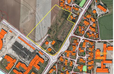 Den mest naturlege plasseringa av dei eldste elevane dersom det blir ein todelt Kleppe skule. Den gule streken markerer «skuletomta« ved Kleppetunet, inntil Jærvegen, nord for innkjørsla mot Sirkelen. Bygningane nedst til venstre er Kleppetunet, og heilt til venstre skimtar me Sirkelen. Kleppe skule er markert nedst til høgre. (Illustrasjon: Klepp kommune)