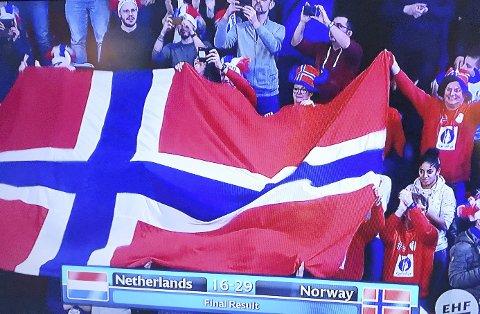 Måtte vinne tirsdag: Norge-Nederland 29–16. Men fortsatt var det mye som skulle klaffe for Norge for å ha håp om medalje. Foto fra TV-skjerm: Pål Nordby