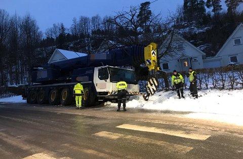 KJØRTE UT: Mobilkranen skled ut av veibanen på Kleiverud tirsdag morgen.