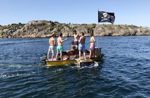 Bare moro: Men..... Her er en glad guttegjeng i skjærgården i sommer på flåte/båt med påhengsmotor, uten vester, men med mye godt humør og drikke ombord. Foto: Pål Nordby