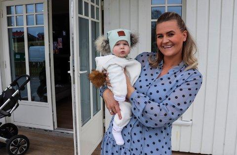 DESIGNER SELV: Jeanette Stensnes Wium designer og syr babyklær og utstyr. Her har sønnen Emrik på seg noe av det hun har sydd.