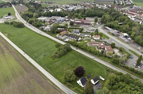 LEGGES OM: Dagens fylkesvei legges om. Den skal følge Kirkesanger Pedersens vei (til venstre) slik at det blir plass til den vedtatte sentrumsskolen på Klokkerjordet. Foto: Svein-Ivar Pedersen