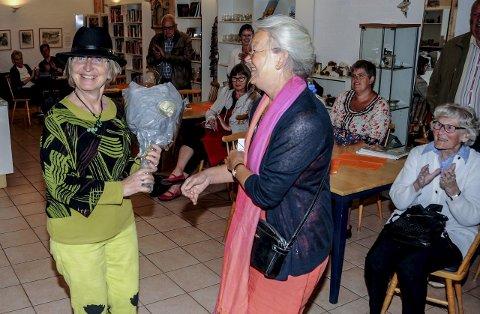 Stor innsats: Inger Kristine Bratland fikk blomster og gaver for sin innsats for både Berg og Kragerøs historie. Her blir hun takket av venneforeningens lederJorid Okkenhaug. Foto: Jimmy Åsen