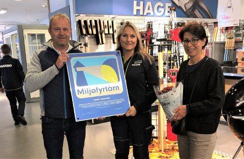 STOLTE: Ordfører Grunde Wegar Knudsen (Sp), Maxbo Kragerøs varehussjef Lena Marie Naper-Helgestad og kommunens miljørådgiver Elke Karlsen.