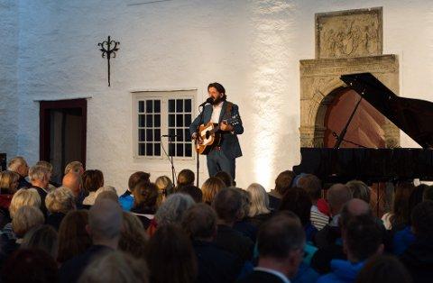 GJENHØYR: Thomas Dybdahl blir å høyra i Riddesalen i sommar. Dette bildet er frå borggardkonserten i juli 2017. (Arkivfoto).