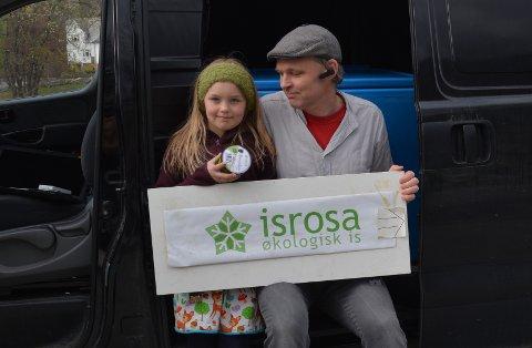 IS: Den heimelaga «Isrosa»-isen er blitt godt kjend i kommunen, og denne dagen var vesle Åshild med pappa Øystein Skjæveland for å levera ut varer til kundane.
