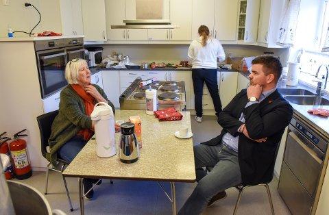 Ingunn Enæs Gjuvsland (t.v.) i sanitetslaget var av dei som stilte opp og laga mat til bygdefolk, politi og pressefolk fredag morgon. Her snakkar ho med ordførar Hans Inge Myrvold.