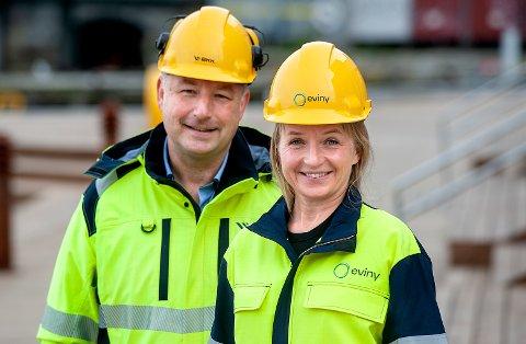 NY LOGO: Konsernsjef Jannicke Hilland er klar til å ta i bruk hjelm og arbeidsjakke med den nye Eviny-logoen, medan administrerande direktør Ketil Tømmernes i nettselskapet skal vidareføra BKK-namnet.