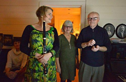 VELKOMST: Torun Torbo står med fløyta mens Anna og Halvor Grene ønsker gjestene velkomne til konsert.