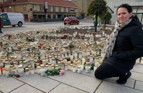 LYS OG BLOMSTER: Svært mange har gjort som Siw Elliot, tent lys og lagt ned blomster midt i Kongsberg sentrum.