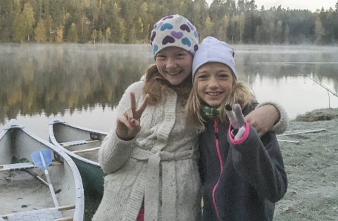 Friluftsskole: Tiril Nygård og Karoline Grundfør syntes friluftsskole i høstferien var helt topp.