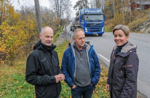 PÅ TUR: Gunn Cecilie Ringdal med Olav Skinnes og Erling Stein Aass (til venstre) på befaring på Liers fylkesveier.