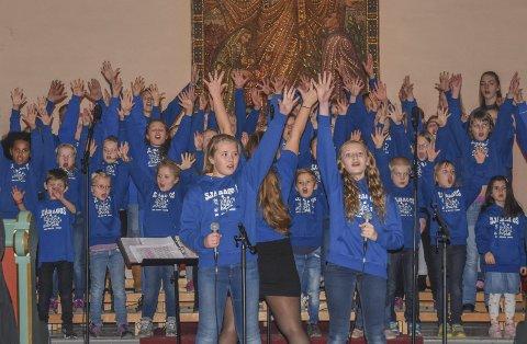 Liv og glede: Sjåbagos leverte en samstemt og stemningsfull konsert i Sjåstad kirke, og som seg hør og bør var det også til tider både livat og humoristisk. BILDER: CECILIE JOHANNESSEN