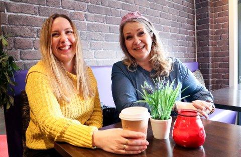 FELLESSKAP: Liss-Hege Eriksen (t.v.) og Anne Sudmann føler de har fått en ekstra familie gjennom fellesskapet «tiarakvinnene» gir. Nå vil de gjøre stas på noen av dem i forbindelse med kvinnedagen.