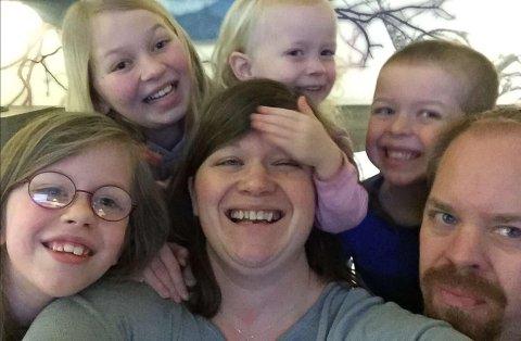 TILFLYTTERE: I januar kom familien fra Rogland til Lofoten. Grunnet koronakrisen har det blitt en annen hverdag for familien på seks.