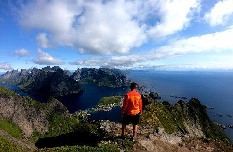 Audun Inge Rarsmussen på fjelltur. Han oppfordrer folk til å tenke på sikkerhet når de går på fjellet.