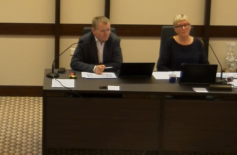 MØTET ER SATT: Rådmann Kjell OIav Hæåk og ordfører i Audnedal, Reidun Bakken. Sistnevnte ledet møtet frem til valg av varaordfører.