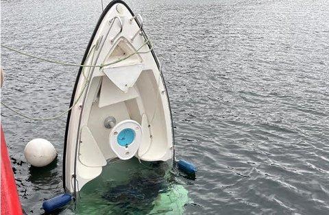 DRIVENDE: Denne båten ble funnet drivende sør for Lillehavn onsdag kveld.
